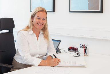 Profilbilde av advokat Karianne Hulaas, fotografert av Sandaunet Designbyrå